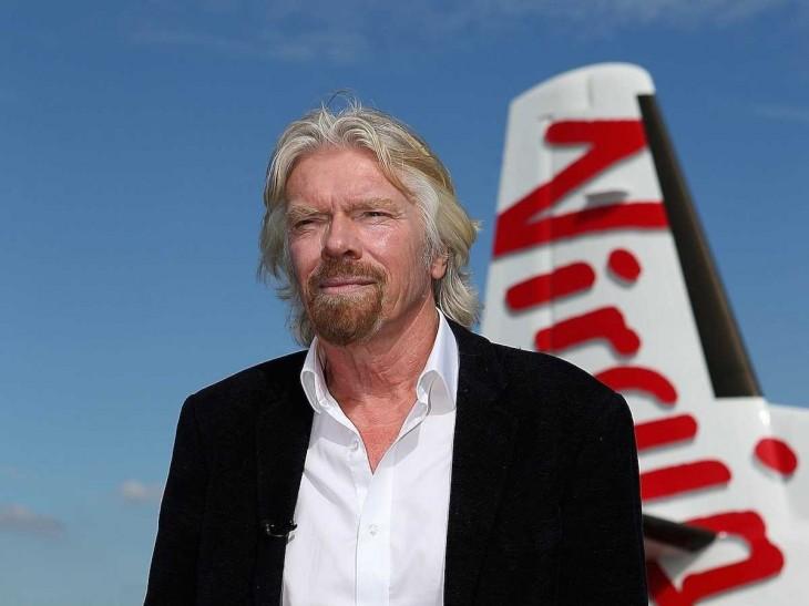Richard Branson frente a su avión