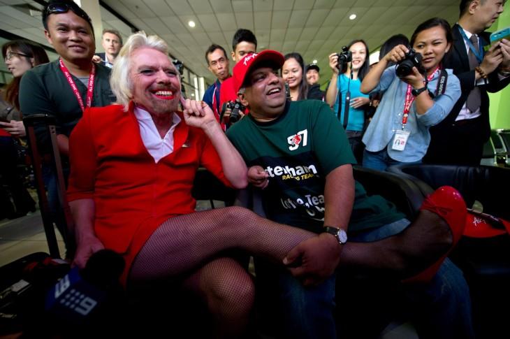 Richard Branson vestido de azafata