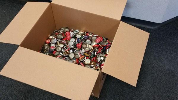 Caja con tapas de refresco