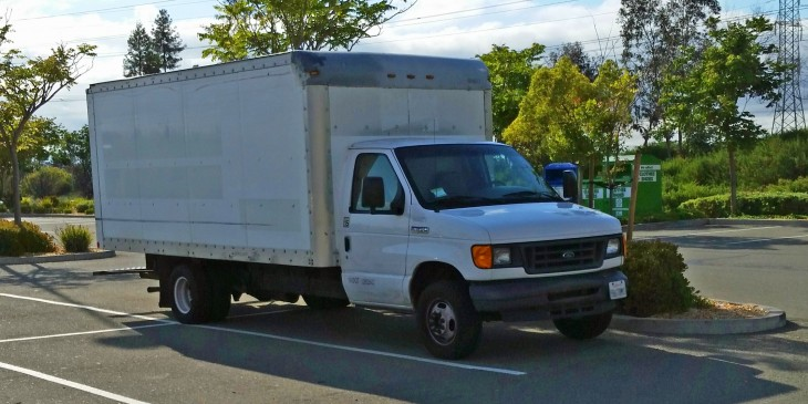 Camioneta blanca con caja grande