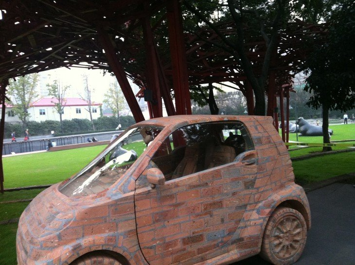 Auto compacto hecho con ladrillo