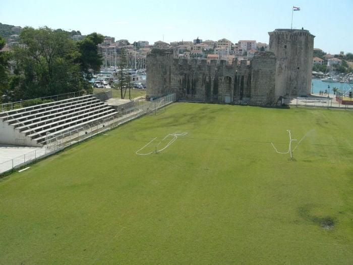 Estadio con castillo de fondo