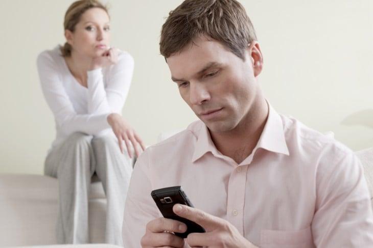 Revisando el celular de su pareja