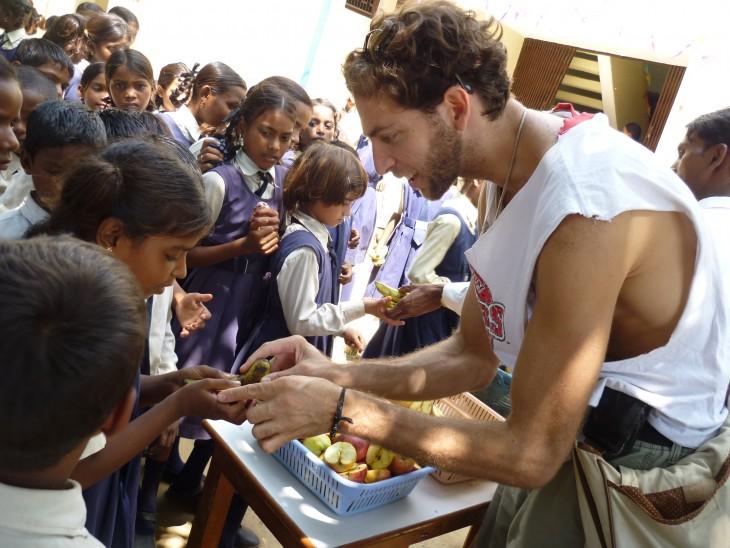 Hombre regala comida a niños