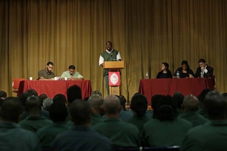 Debate entre reos y Harvard