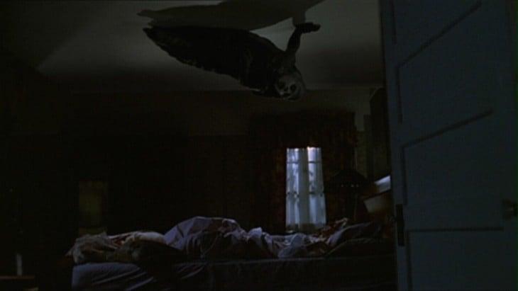 demonio en el techo del cuarto