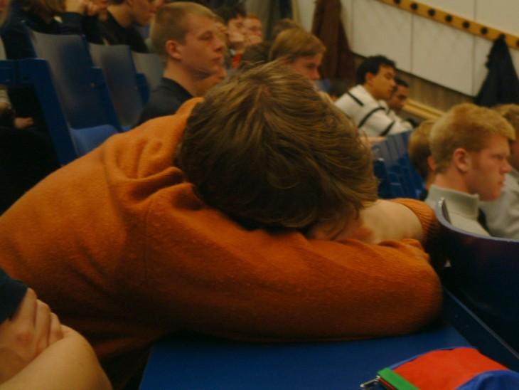 Estudiante dormido en clase