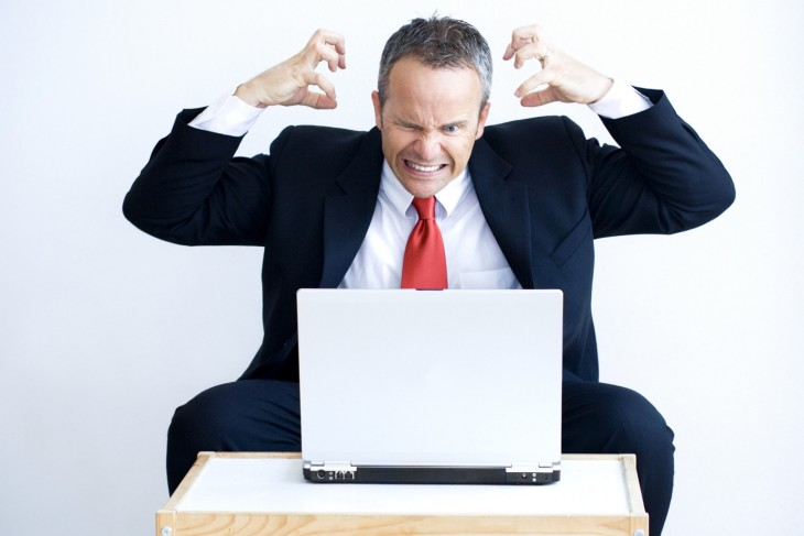Hombre enojado frente a la computadora