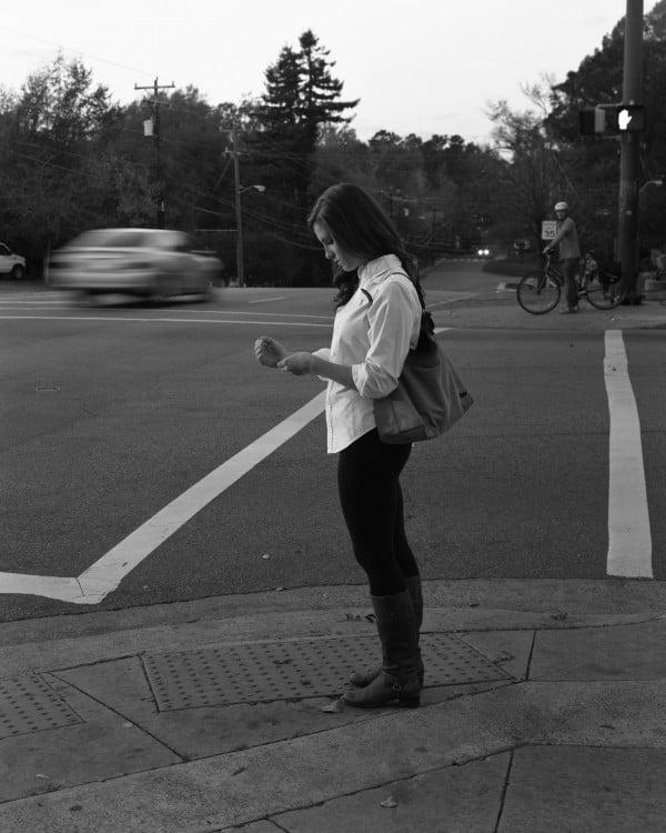 mujer en la calle sin celular erick pickersgill