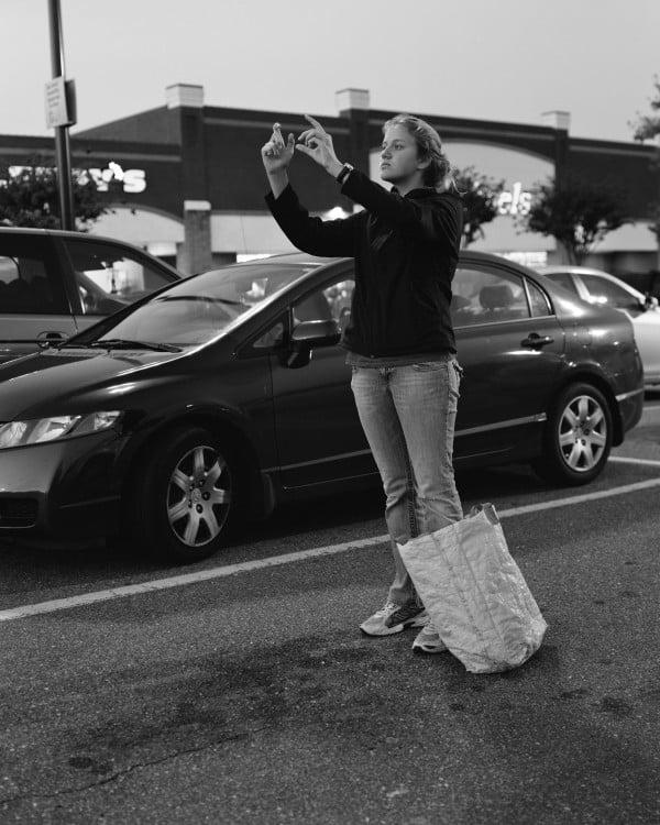 erick pickersgill mujer tomando foto sin celular removed