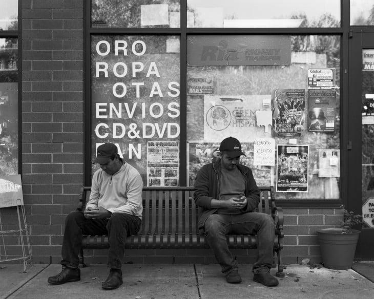 extraños en banca sin celulares erick pickersgill