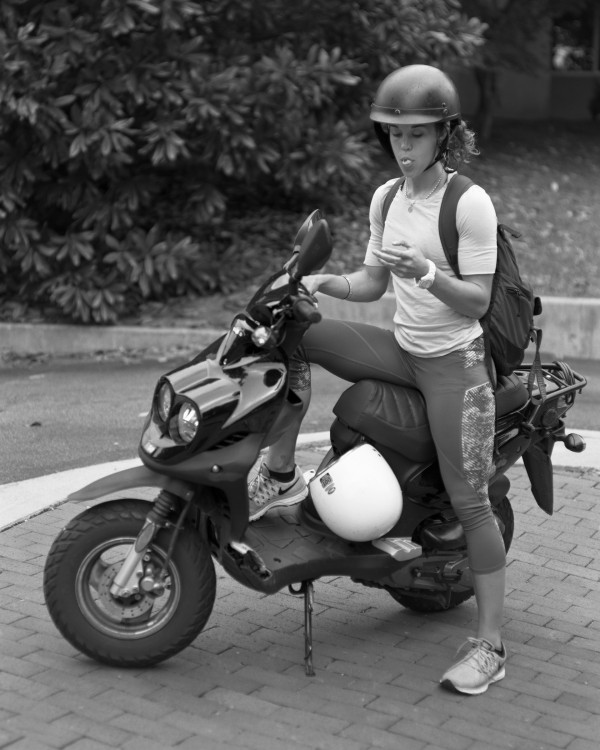 erick pickersgill mujer en moto sin celular