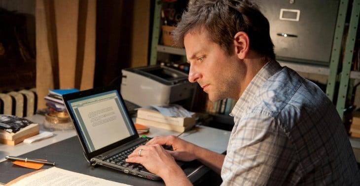 Escritor transcribe manuscrito