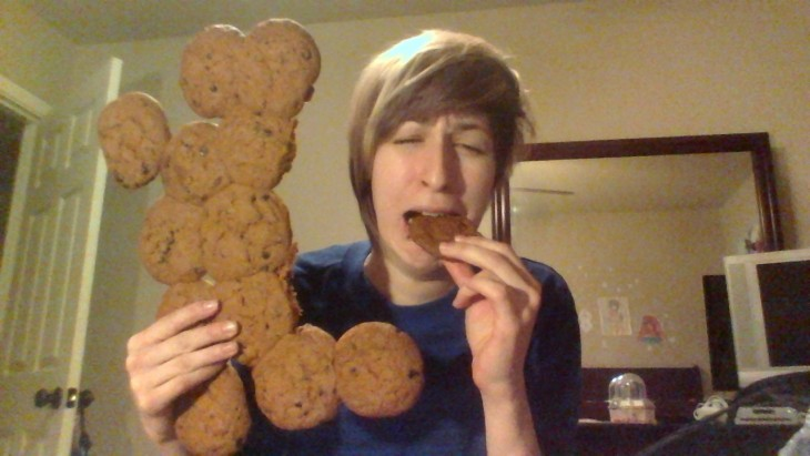 Mujer trata de comer galletas duras