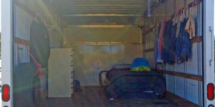 Una habitación dentro de una camioneta