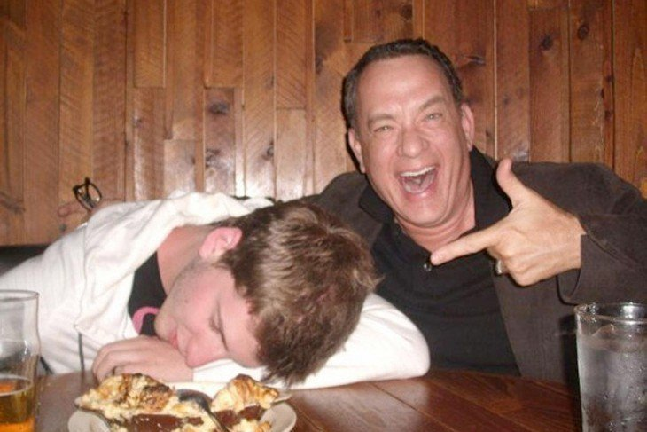 tom hanks en un bar tomandose foto con un borracho dormido