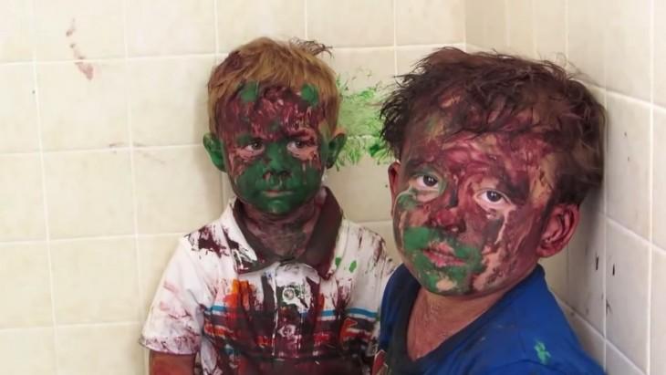 hermanos se pintan la cara mientras padres no estan
