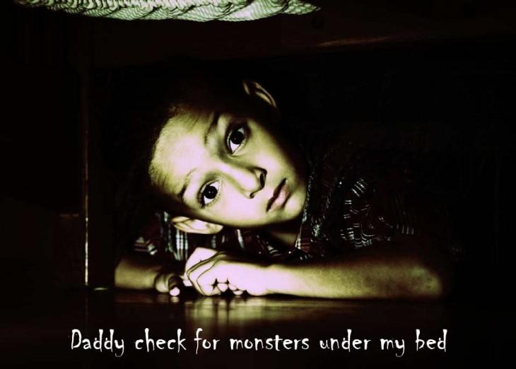 niño bajo la cama