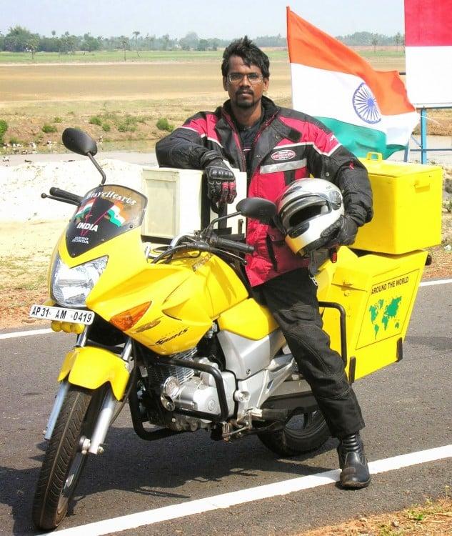 Hindú da vuelta al mundo en moto