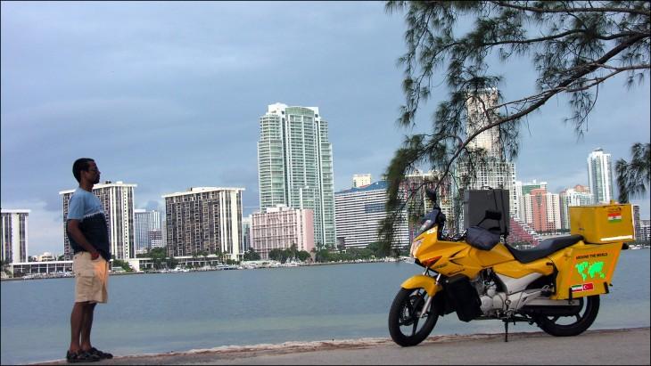 Hindú baja de su moto en el mar
