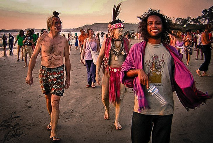 Grupo de hippies en la playa