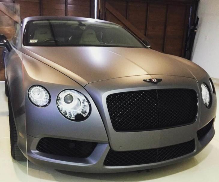 Bentley gris en el garage