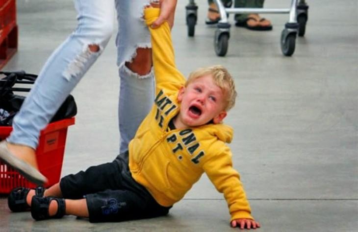 niño haciendo berrinche en publico