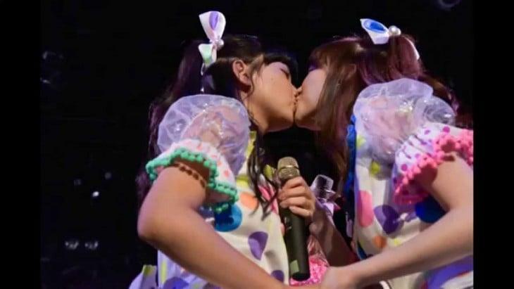 Chicas japonesas se besan