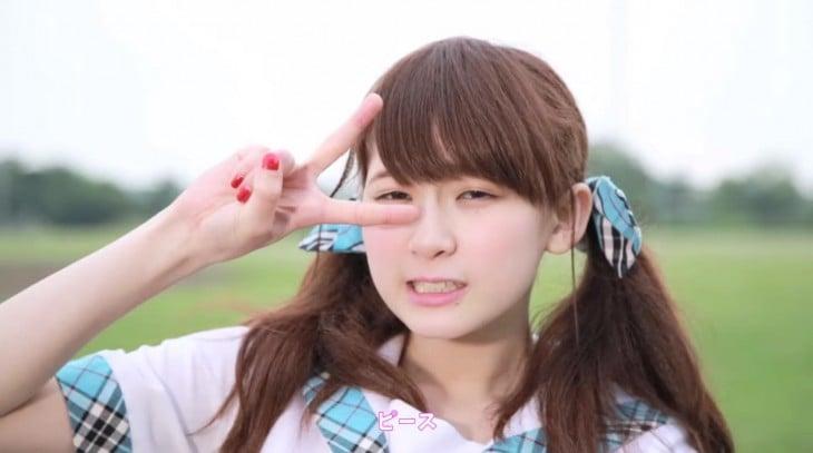 Rie Kaneko en vestido azul y blanco