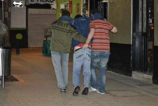 tres amigos borrachos en estacionamiento
