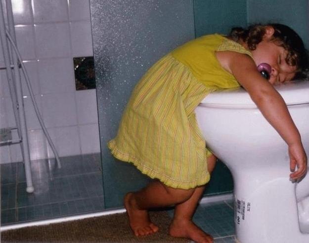 niña dormida en un baño