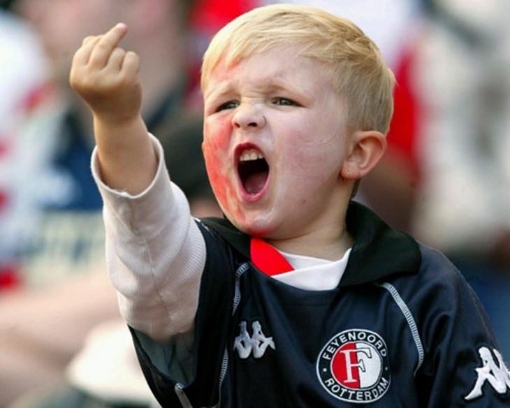niño levantando el dedo del medio en partido de futbol furioso