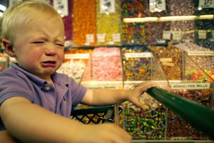 niño llorando en supermercado