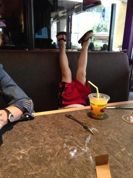 niño con piernas arriba en un restaurante