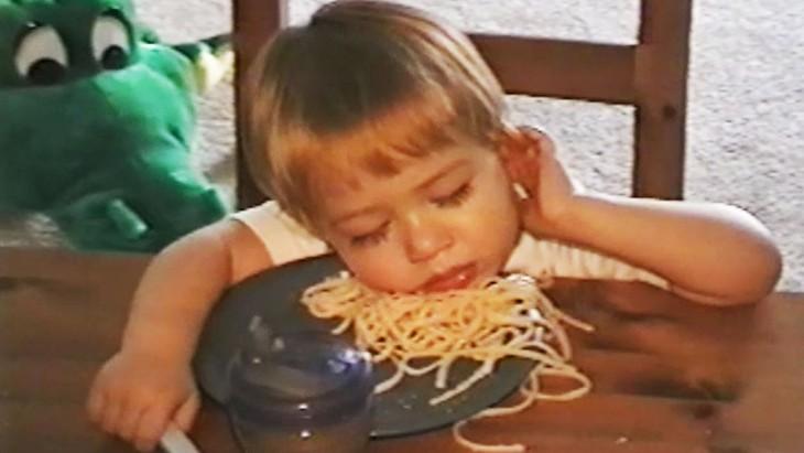 niño se queda dormido comiendo spaguetti