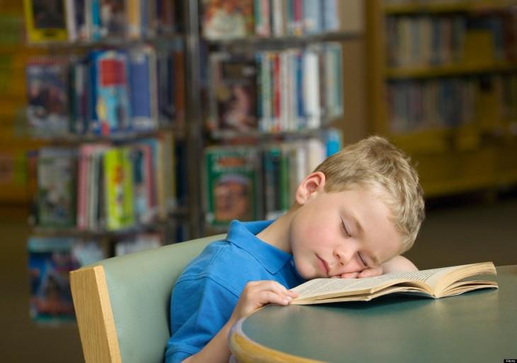 niño dormido en libro abierto