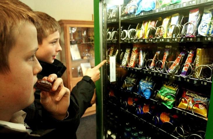 niños en maquinas de dulces
