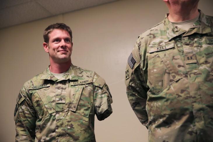 Noah Galloway en traje militar