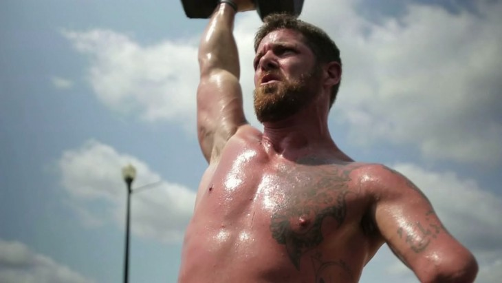 Noah Galloway haciendo pesas