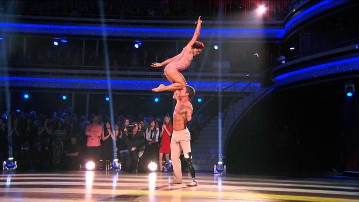Noah Galloway carga a su pareja de baile