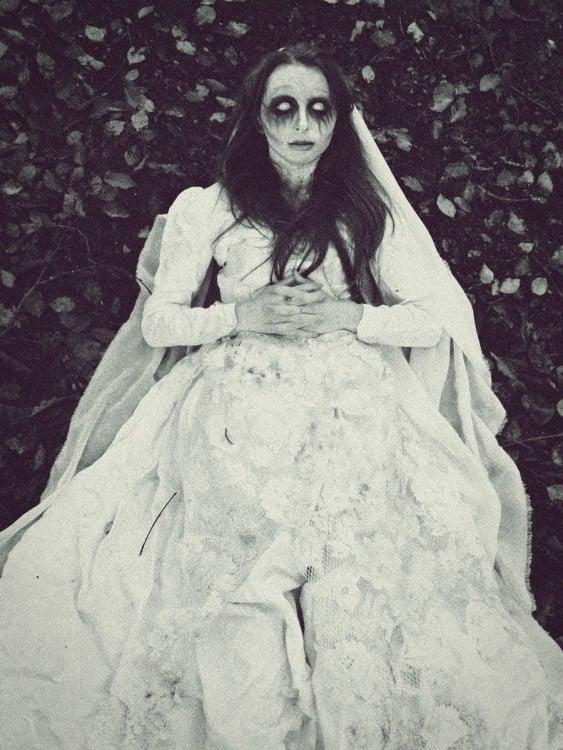 mujer en vestido de novia muerta