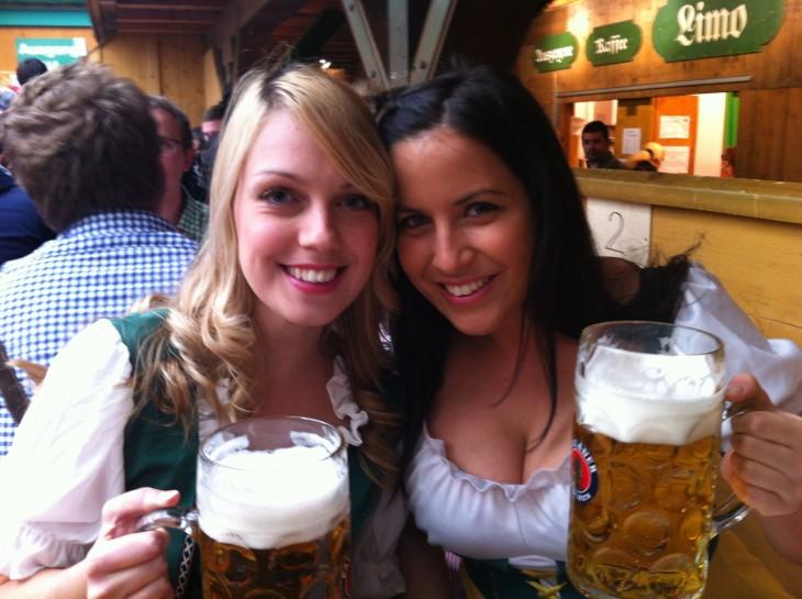 Amigas bebiendo cerveza
