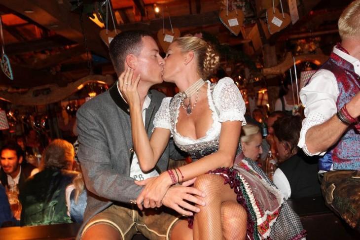 Pareja se besa en el Oktoberfest