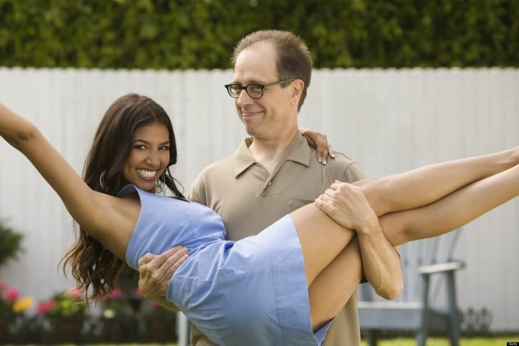 Hombre carga a su novia en el patio