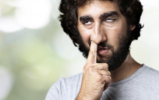 hombre barba picandose la nariz