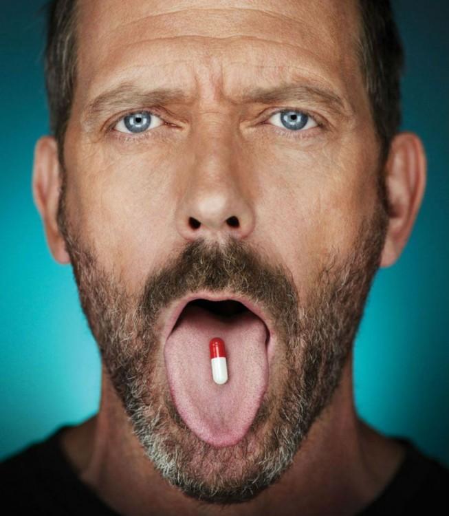 Hombre ingiriendo píldora