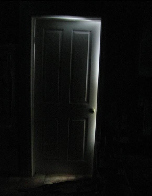 puerta en la oscuridad