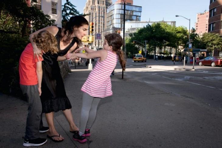 madre regañando a sus hijos