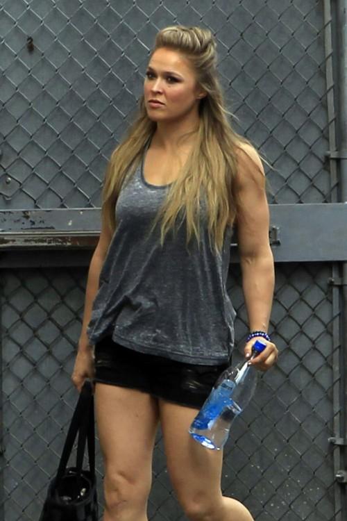Ronda Rousey con botella de agua en la mano