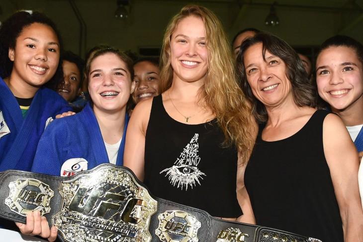 Ronda con su madre luciendo el campeonato